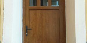 vchodové dveře v rodinném domě