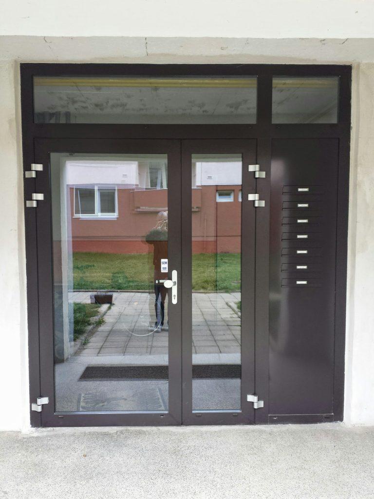 vchodové dveře v bytovém domě