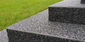 kamenný koberec na schodech